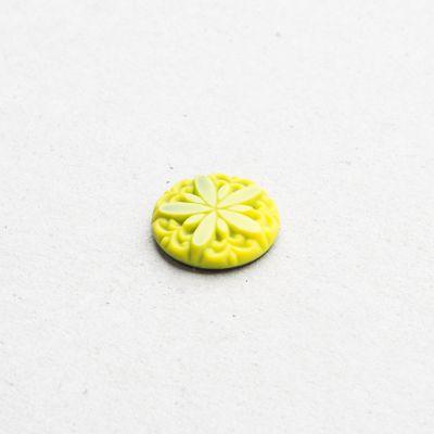 Runder Stein mit Blüte